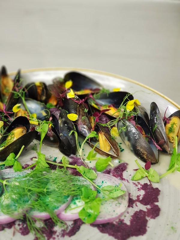 Mussels in white wine sauce with red cabbage pureé and red onion!
