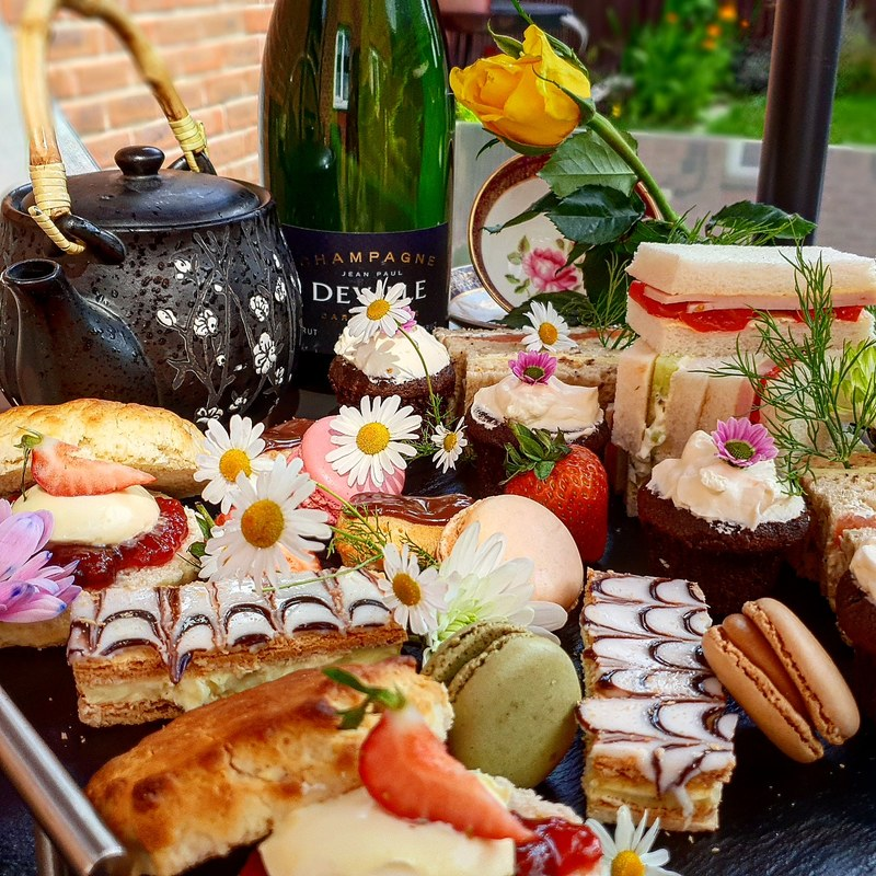 Al fesco afternoon tea and Champagne  #afternoontea #marekjanichef #champagne #freelancechef #personalchef #alfrescodining #realfood #culinaryart #chef #tea