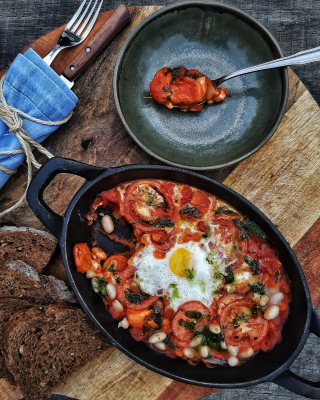 Vegetarian pan with white beans / tomato sauce / sweet potato and egg