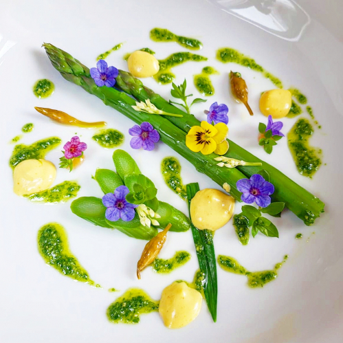 GREEN ASPARAGUS • wild garlic: pesto - pickled buds - flowers • sauce mousseline with lime & Anapurna curry • chickweed