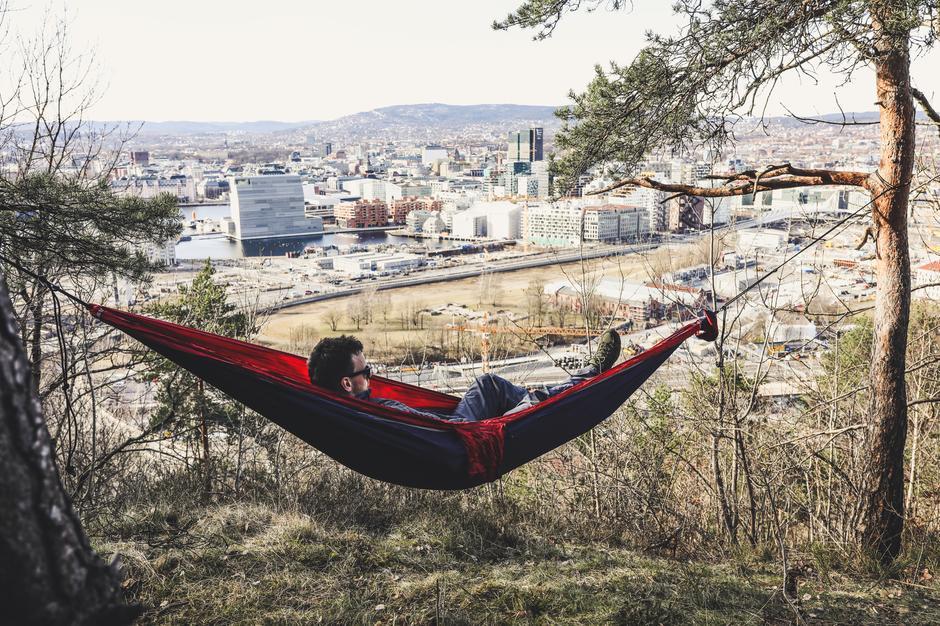 Nyt utsikten over Oslo fra Ekebergåsen - i hengekøye :-)