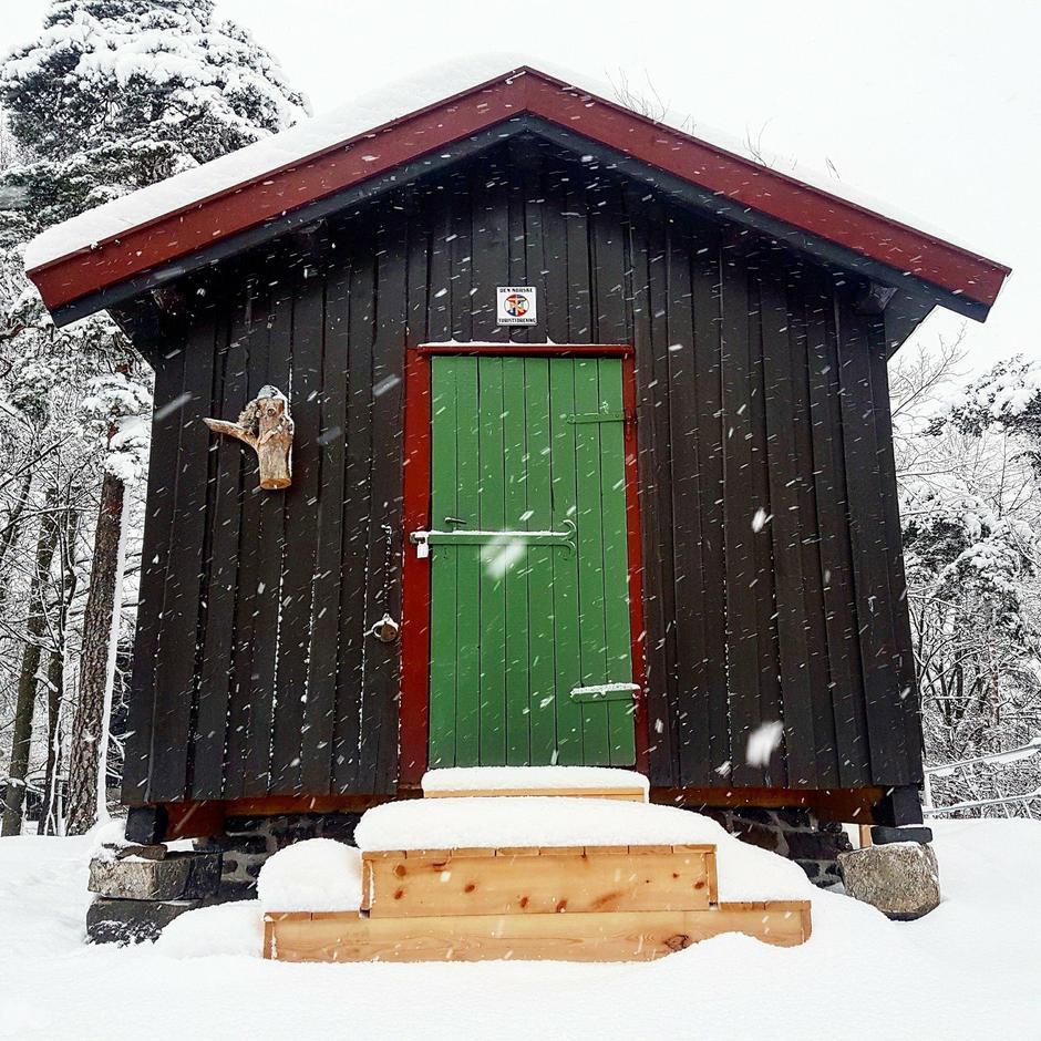 Hovinkoia er en klassisk ubetjent DNT-hytte som ble reist på Ringerike i 1937.
