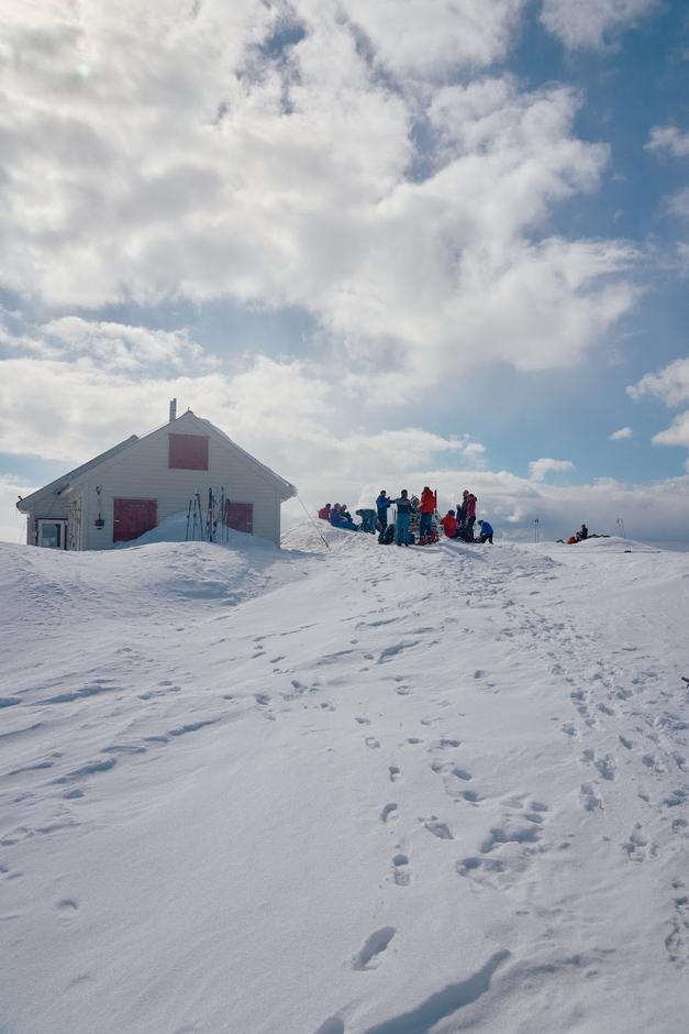Holmaskjer-hytta er eigd og vert drifta av Odda Ullensvang turlag. Hytta ligg på ein holme inne på Sørfonna.