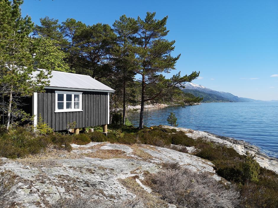Veøystua ligger flott til rett ved vannkanten på sørsiden av Veøya.