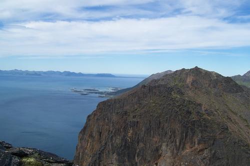 Utsikten fra Toppen mot Toppaksla, øyene utenfor Grøtavær, Andenes i bakgrunnen