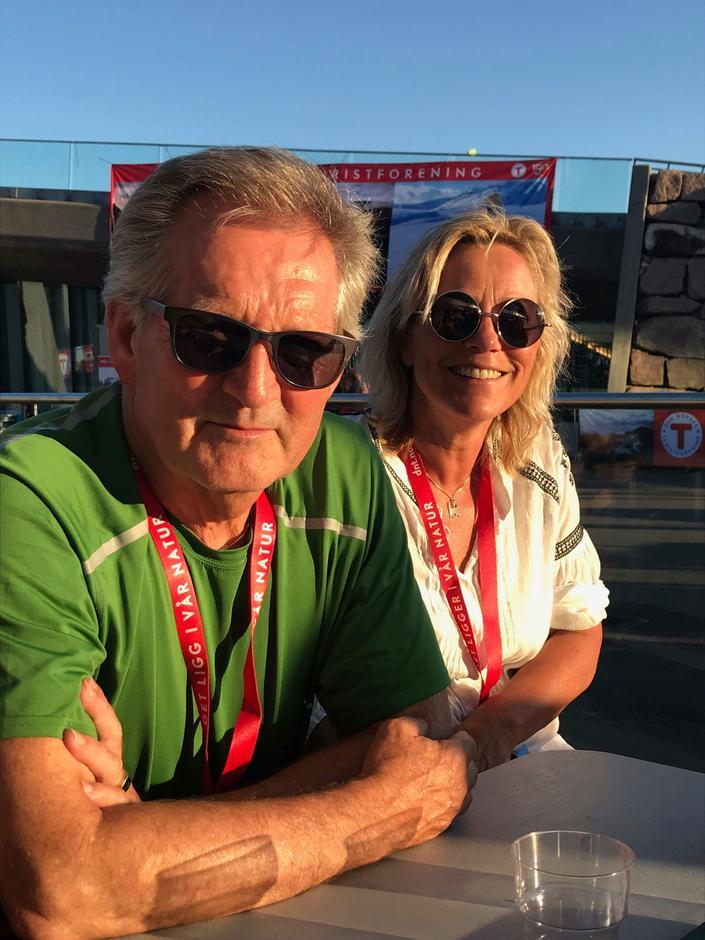 Edvar og Anne-Lene koser seg i solen på Holmenkollen Arena