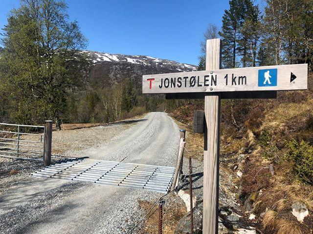 Vegen inn langs mosvatnet er snøfri. Mulig å gå på sko opp til Jonstøl.