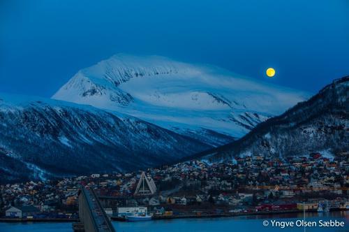 Fullmåne og Tromsdalstinden