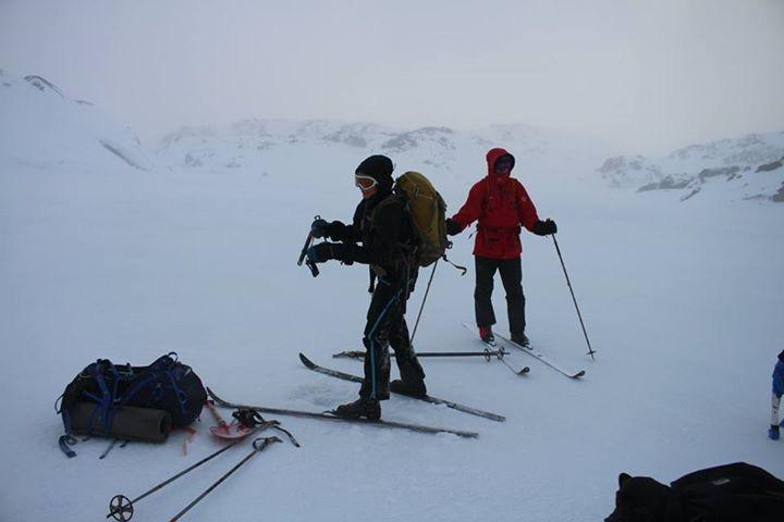 På little Sandvaten er isen ca 15 cm tjukk. Ved land bare noen få cm, så vær forsiktig nær land.