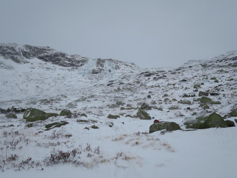 En mektig isfoss og lav snøføyke i Stavbrokka. Stemningsfullt i midten av november.