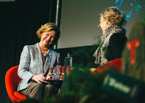 Dronning Sonja på tur med flerkulturelle kvinner