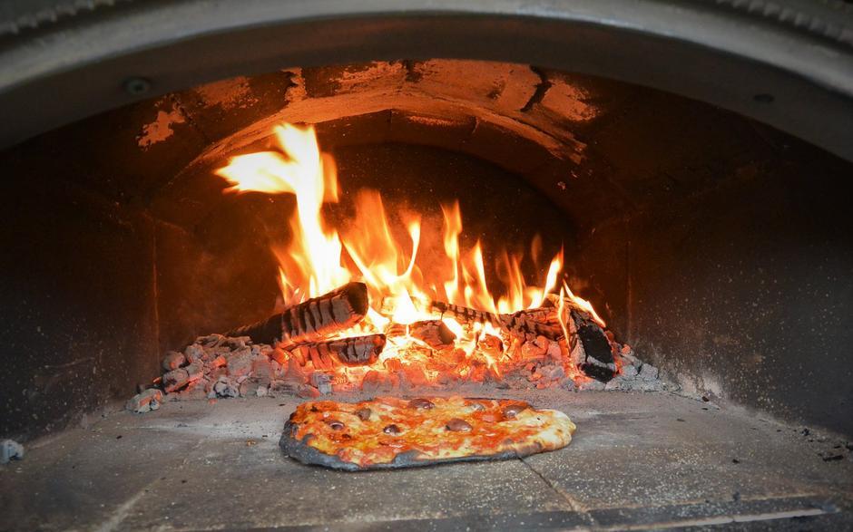 Bakerovnen på Bakken gard er klar til bruk. Ta gjerne turen 1. eller 2. august. Da kommer tidligere norgesmester i pizzabaking for å teste forholdene, og du er velkommen til å smake! Fortsatt ledig plass for overnatting.