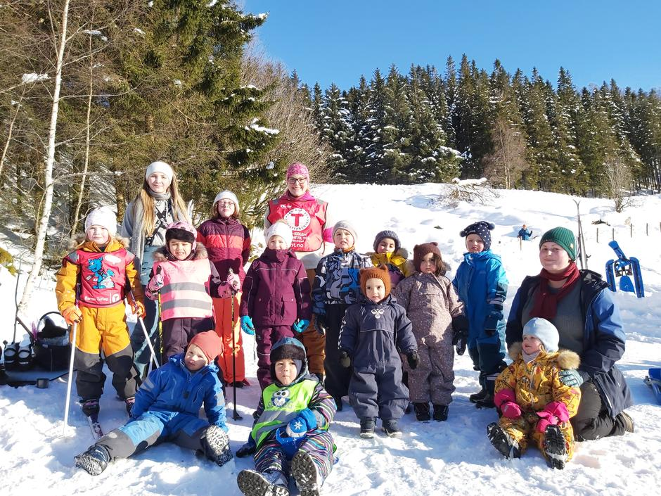 """Det var 31 deltakarar på """"Kom deg ut"""" arrangementet til Barnas Turlag i Lavik. Vi arrangerte Vinterleik på Sørestrand Gård på Øvre Lavikdal, i strålande solskin. Ein akebakke på omlag 600 meter, gav både redselshyl og gledeshyl blant små og store. Vi hadde og trakka opp ei rundløype som dei minste borna kunne gå på ski i, elles var det fritt fram for å ake og gå i laussnø der ein ville. Alle borna fekk deltakarpremie, ein turboreven turkopp, turpass, mandarin og kakao, eller buff og turboreven refleks for litt eldre born."""