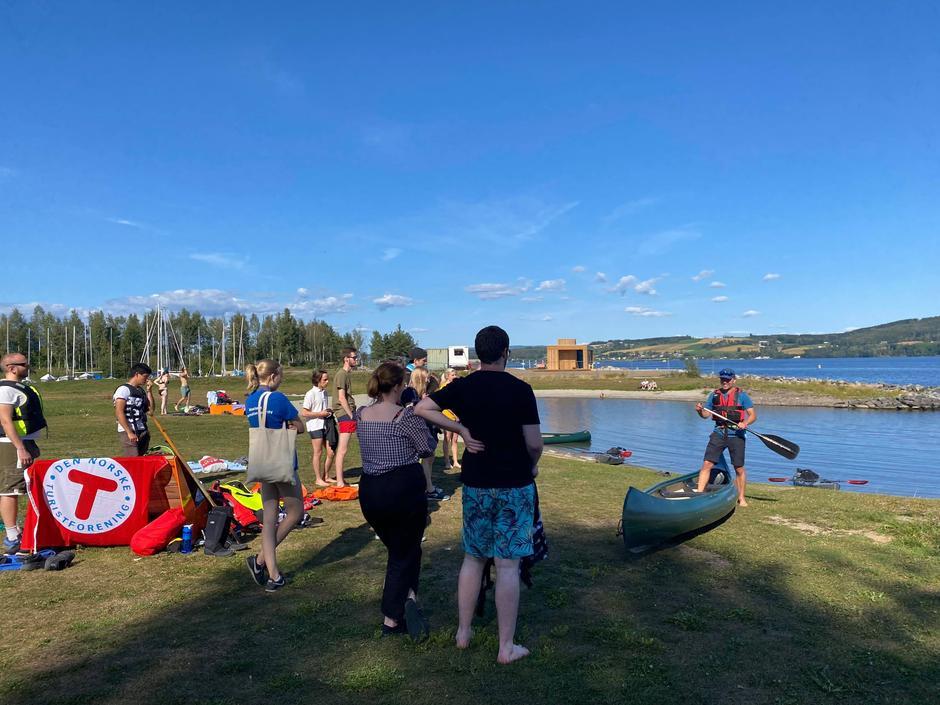 INSTRUKSJON: Her fikk studentene ved NTNU og Fagskolen innføring i gode kanotak. Vi vil tilby kurs og praktisk opplæring i trygg ferdsel på vannet.