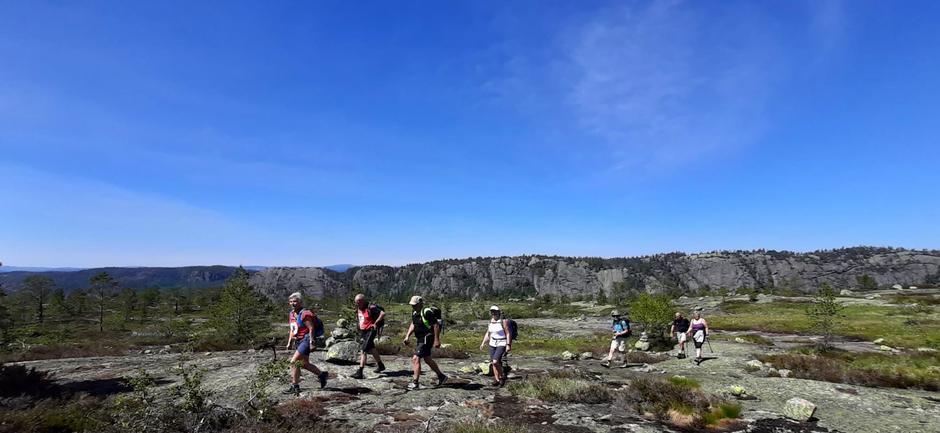 Utsikt mot Heitfjell oppe ved Fellsstigen.