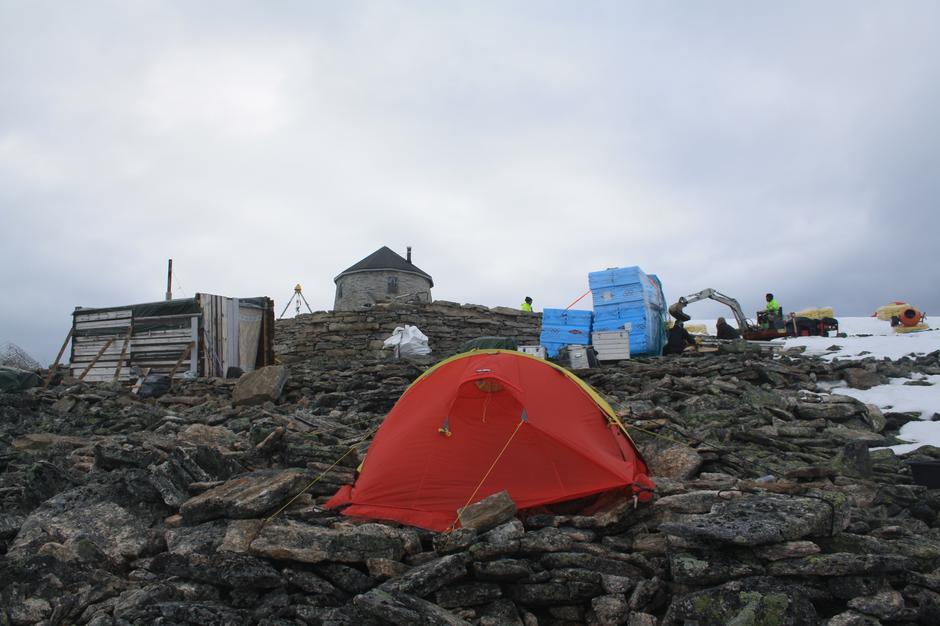 Håndverkerne bor i teltet under byggingen av nye turisthytten.