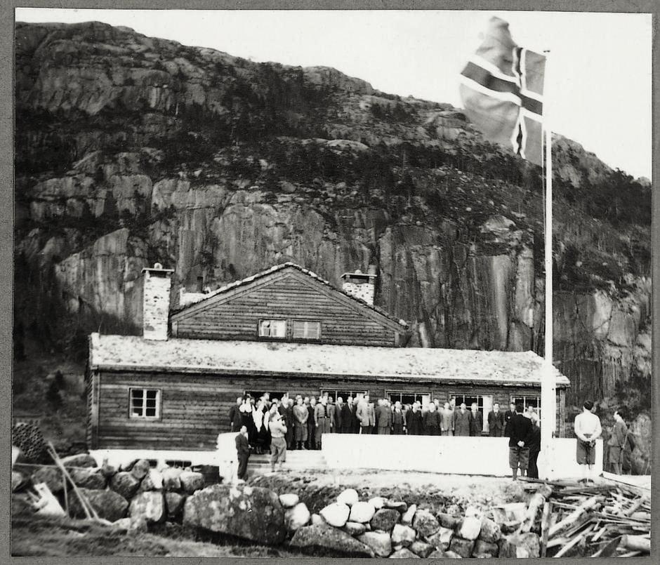 PIONERER: Åpningen av Preikestolhytta - det største og mest banebrytende hytteprosjektet i Stavanger Turistforenings historie.