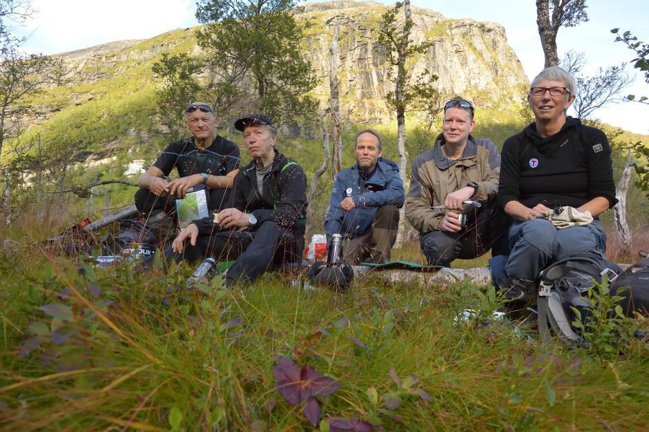Kafferast i Runddalen i Grovfjord. Fra venstre: Jens Hind, Karl W. Hind, Kjell Gustavsen, Timo Teras og Siri Thom.