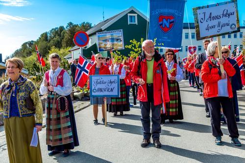 Kristiansund og Nordmøre turistforening i 17. mai-toget.