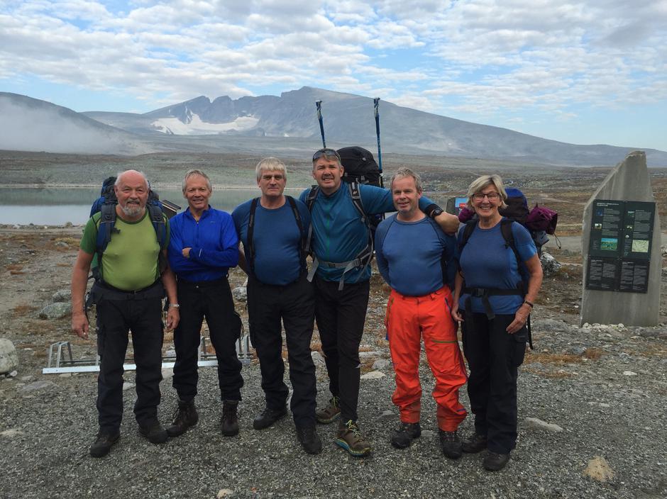 Dugnadsturen startet på Snøheim. Fra venstre Eirik Gudmundsen, Arnt Eilertsen, Magne Herkedal, Alf Inge Jensen, Dag Arnesen og Marie Dybvik. Snøhetta i bakgrunnen.