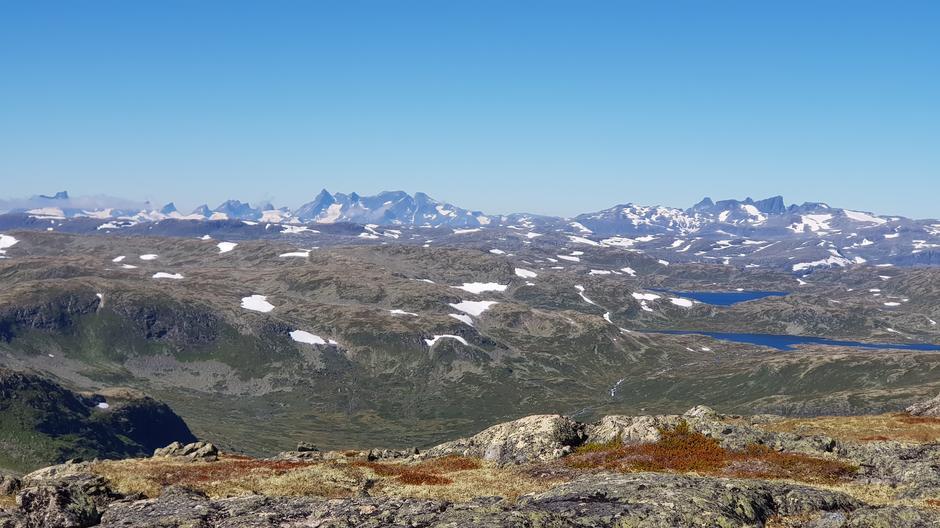 Utsikt fra Skørsnøse mot Hurrungane og Falketind.