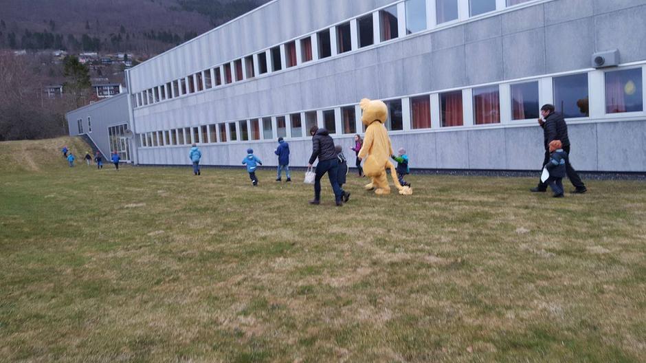 Løveungen på tur med Barnas Turlag for å finne kinosalen!