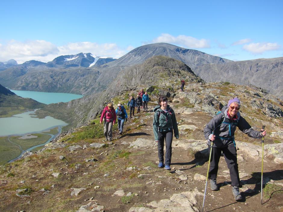 På heimveg, med Surtningssue (t.v.) og Besshøe ruvande bak toppen av Knutshøe