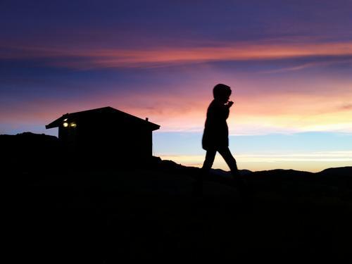 Jente fra regnbuen dukka plutselig opp på Torfinnsheim i solnedgangen.