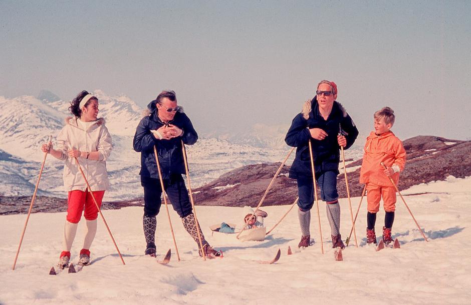 Bildet er tatt midt på Saltfjellet på slutten av 60-tallet. I dag er dette en vernet nasjonalpark, og det er midt i hjertet av hyttenettverket til DNT (BOT) i området. Bildet er tatt av min svigermor Wigdis Svendsen. Det er hennes søster, svoger, ektemann og sønn som er på bildet. Min kone ligger i pulken. Ganske kul bekledning på den tiden!