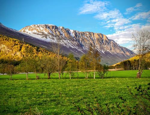 Virumkjerringa, det massive fjellpartiet i nordsiden av Virumdalen