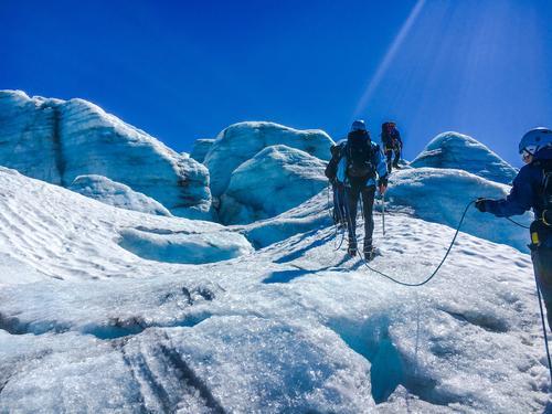 Sommer, sol og tur i blåisen på Bøverbreen. En opplevelse!
