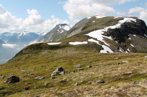 Nede på bandet mellom Holedalen og Ljosurdalen, ser mot Slettfjellet og Lianibba