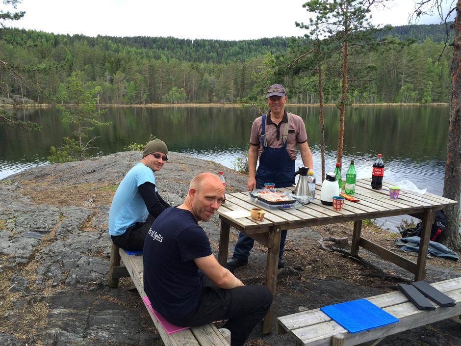 Klare for lunsj. Fra venstre Yngve Johan, Tom-Erik og Sven.