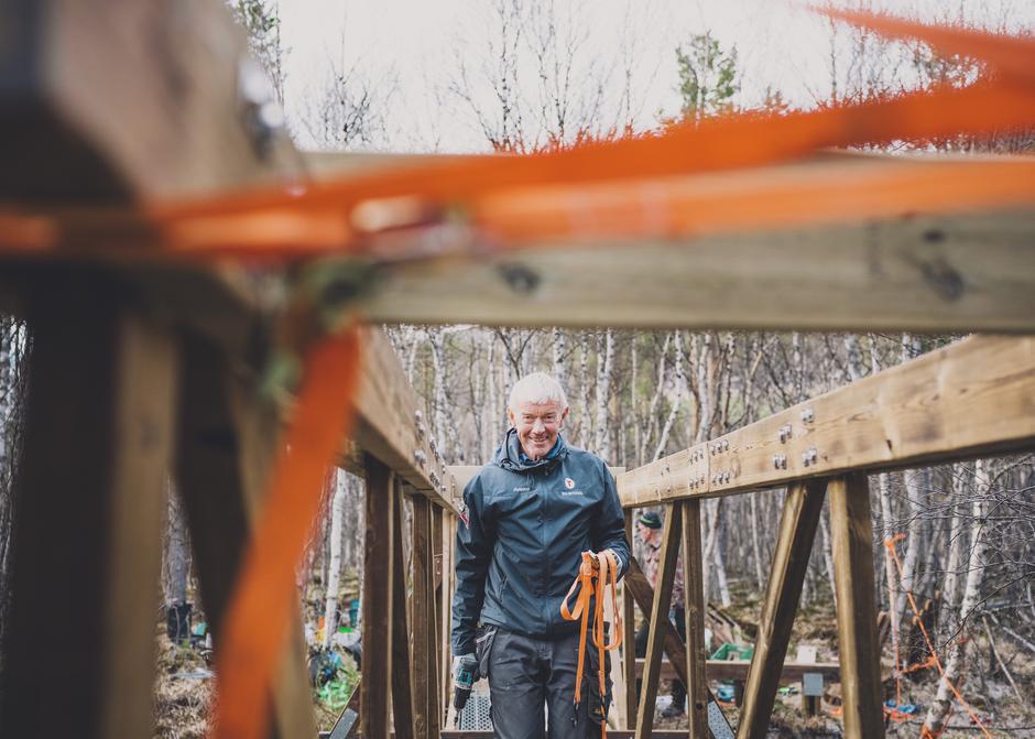 Øystein Revheim bruker timesvis hver eneste uke for å bygge og vedlikeholde broer i fjellheimen og i marka. Uten å få ei krone.