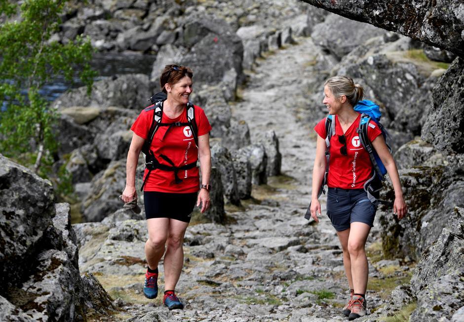 Svanhild Hjorteland Gbada (t.v.), styreleder i Hjelmeland Turlag, tildeles Dugnadsprisen for 2020. Hun viser et unikt engasjement for et enkelt og inkluderende friluftsliv i sitt lokalmiljø. Her går hun i kjente trakter på vei til turisthytta i Viglesdalen.