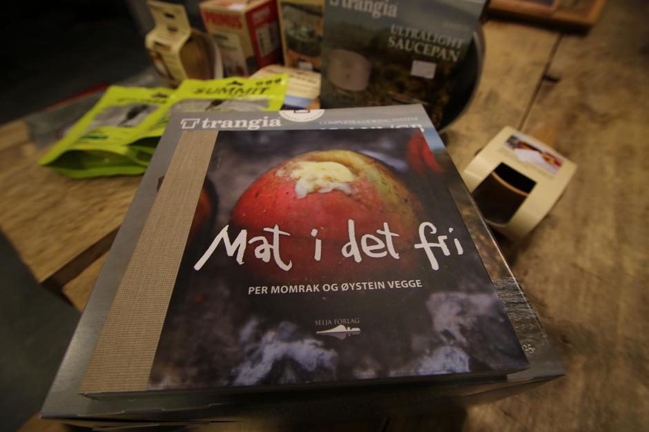 Boken Mat i det fri er en inspirasjonskilde til matlaging i naturen med en drøss av teknikker og oppskrifter.