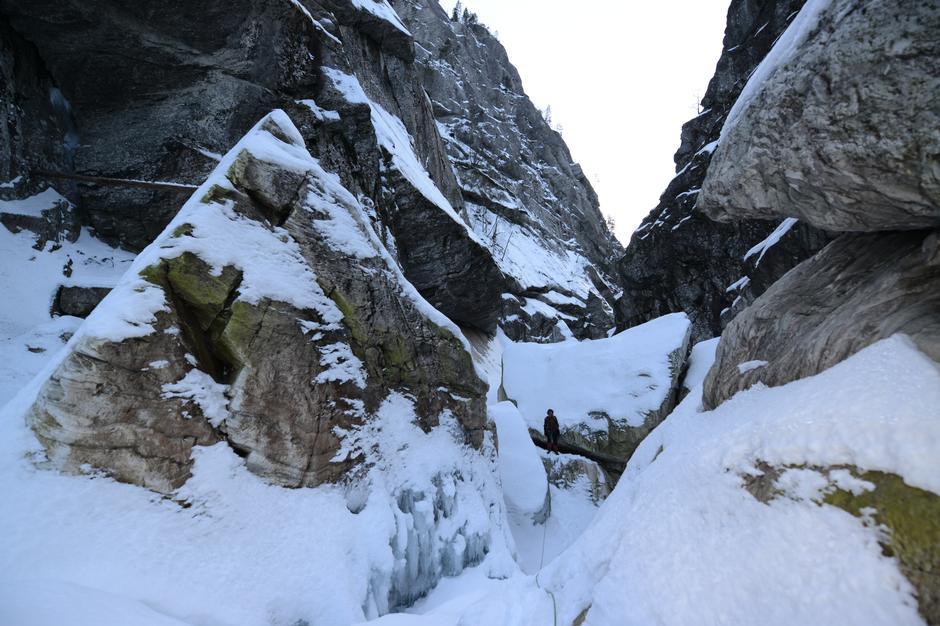 Gjelet i Rastadlia er overvunne, og me har gått ca. 800 meter oppover langs elva på is og snø.