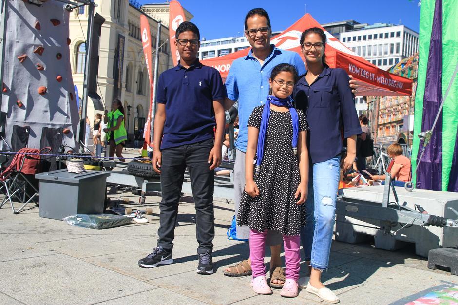 Styremedlem Amjad Iqbal Hussain, her sammen med familien, var blant de mange som la turen til Rådhusplassen.