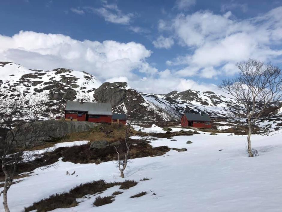 Blåfjellenden. Fortsatt skiføre fra Høgaleite til hytta. Men det minker rundt hytta som ligger på 600 moh.