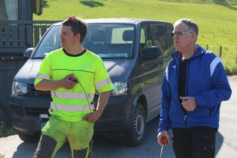 Hjelpesmann nede, Thomas Sørheim Evjestad og brukonstruktør Anders Johnsen klare med sikringsradioane.