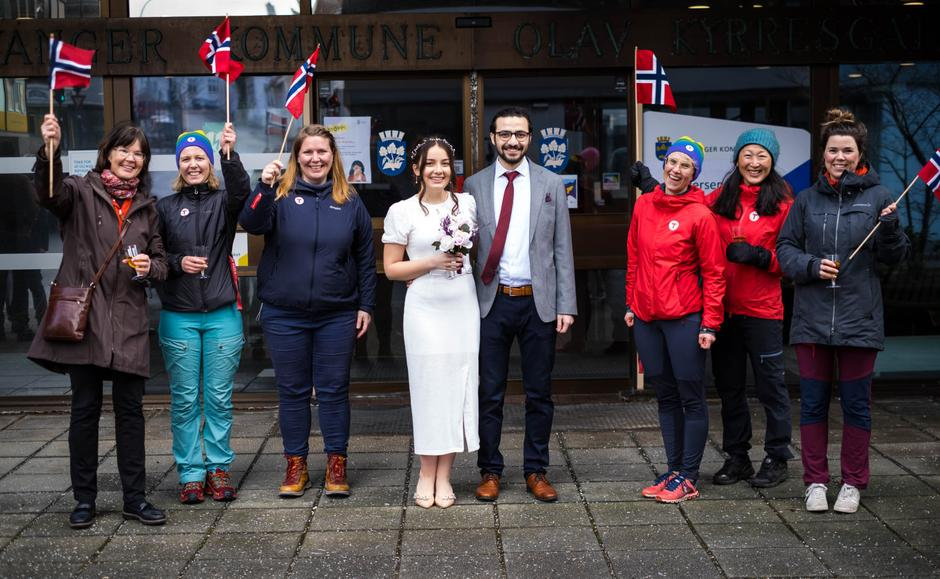 Muchait giftet seg nylig med sin kone, Busra, som han først møtte på mottaket i Oslo. Her er de sammen med gode kollegaer fra Stavanger Turistforening etter vielsen.
