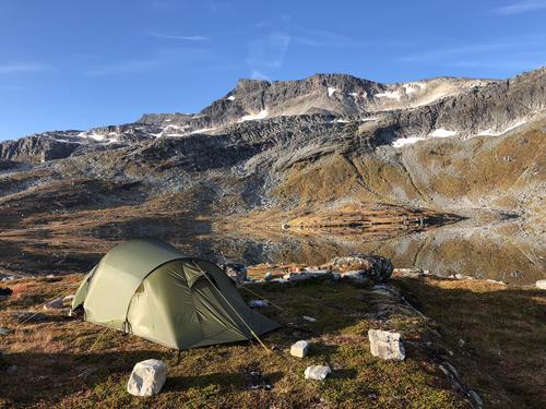 Telttur med kona og hunden ved Svartvatnet som ligger ved foten til Snota i Trollheimen.