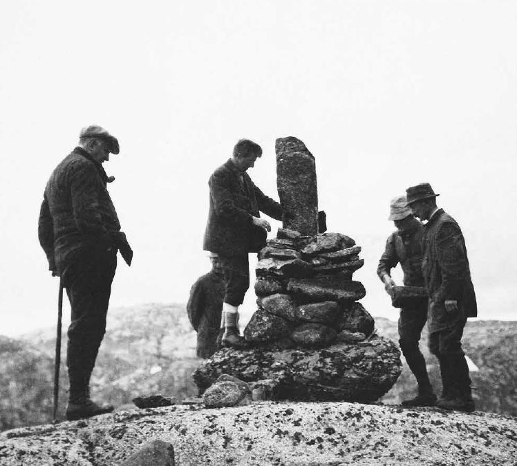 Johannes Gill bygger varde under tilsyn av formann Erik Berntsen (tv), trolig rundt 1920.