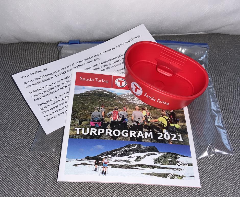 I år vil alle medlemmer få turfolder og kopp levert hjem .