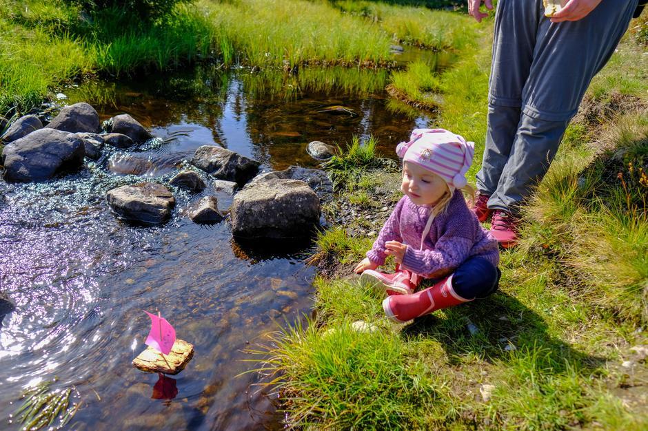 Moro med barkebåter på Kom deg ut-dagen med Hamar og Hedemarken Turistforening.