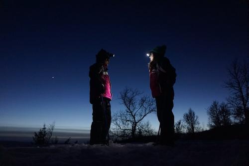 Alina og Melissa (begge 8) på måneskinnstur med hodelykter i Killingdalen, Sør-Trøndelag, påska 2015.