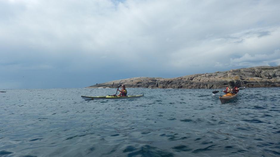 Runding av Sildodden. Legg merke til Runes form for solskjerming, en mygghatt på sjøen!