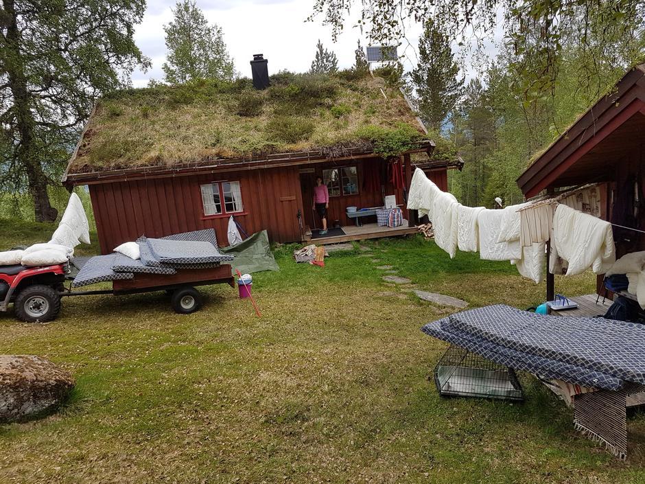 Lufting av sengetøy og ut med madrasser for å gjøre rent