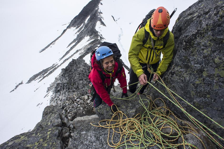 ADRENALINKICK: Frøy Varfjell har klatret sitt livs første alpine taulengde. Hun sikres av instruktørassistent Arve Sinnerud.