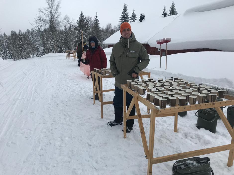 Johanne og Joachim i DNT ung Larvik delte ut saft og sportsdrikk på Vindfjelløpet 2018.